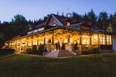 Světýlka na svatbě ve stodole