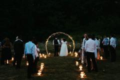 svatební ulička se světýlky