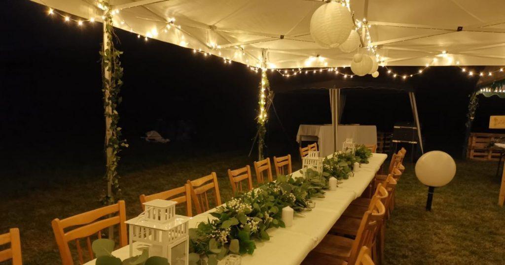 světelné řetězy na hostinu