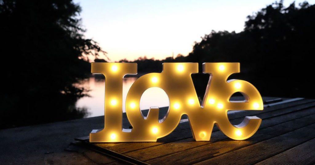 Светящаяся надпись LOVE