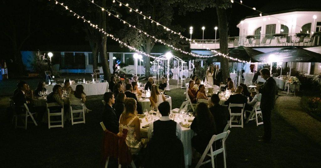 večerní párty na svatbě