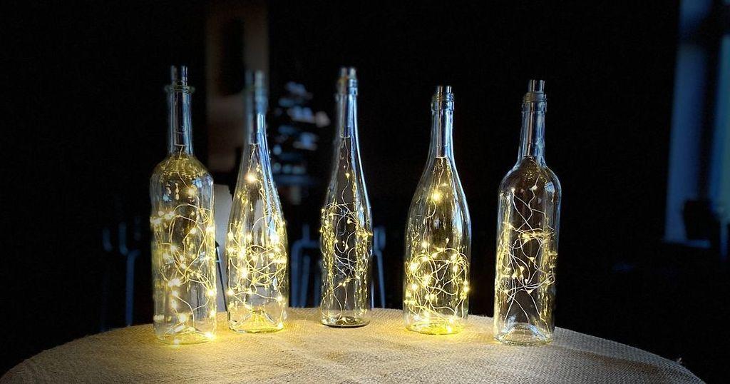 Světelné láhve jako svatební dekorace