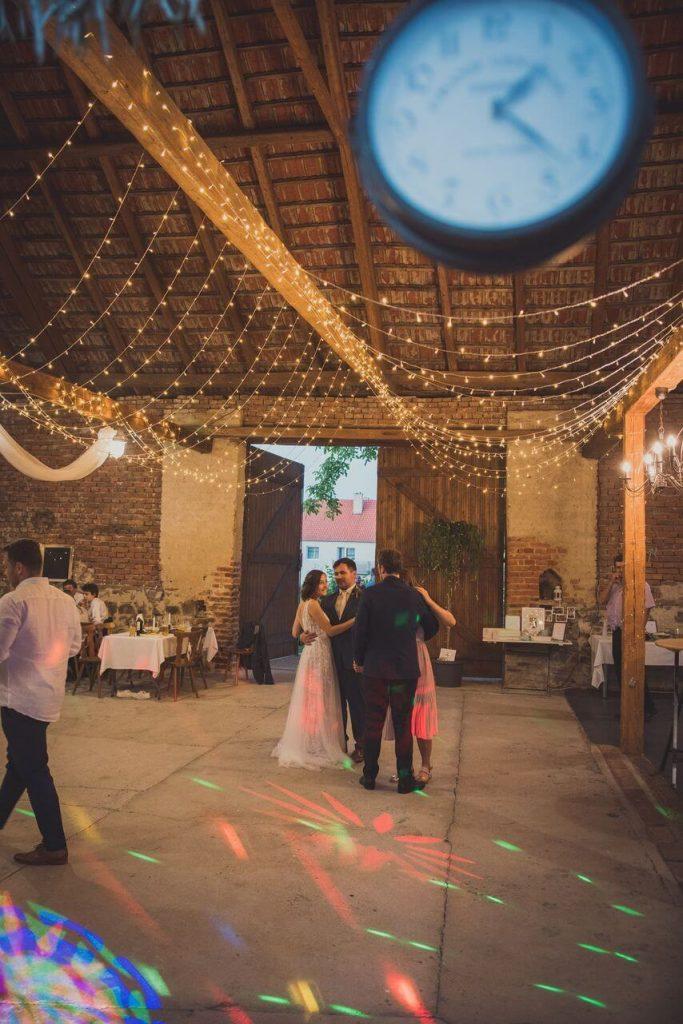 svíticí řetězy ve stodole