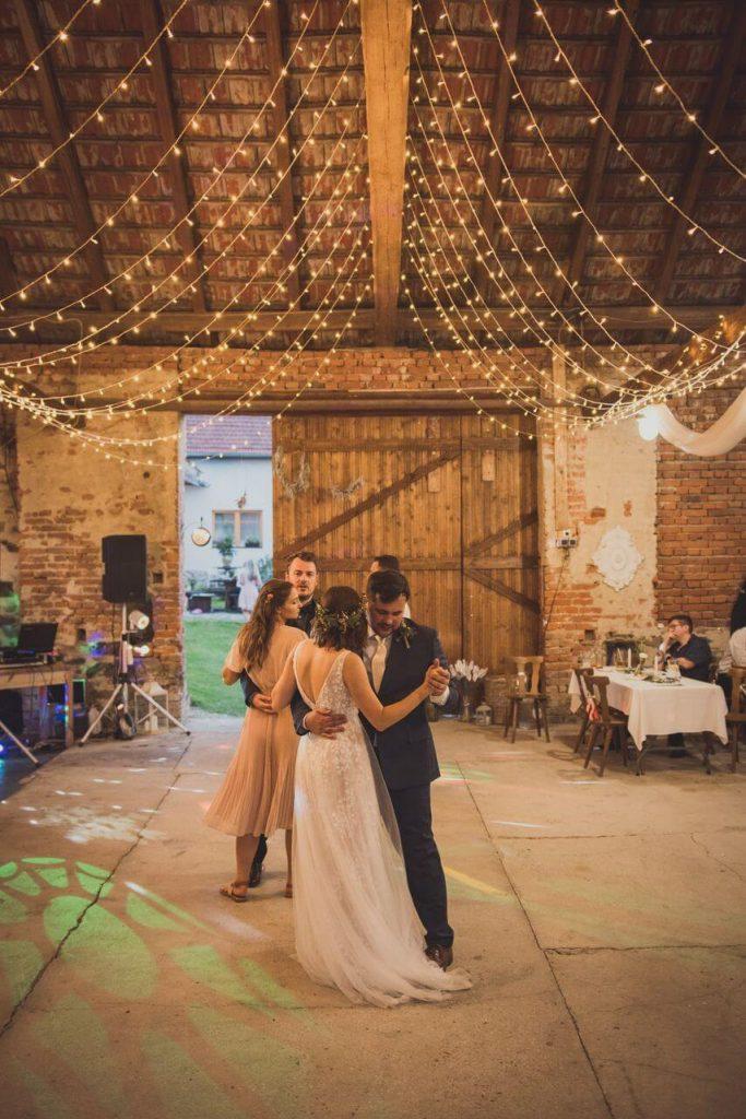 svatba ve stodole se světýlky