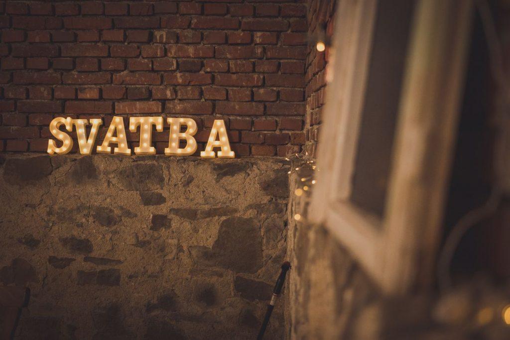 světelný nápis svatba