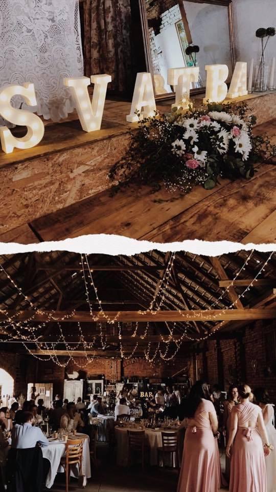 svíticí nápis svatba a světelné řetězy ve stodole