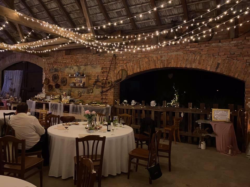 LED řetězy ve stodole