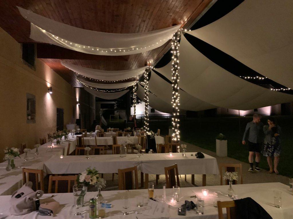 světelné řetězy v restauraci