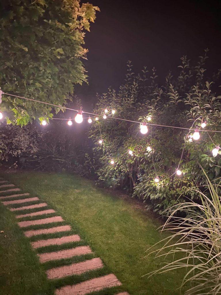 žárovkový řetěz na zahradě