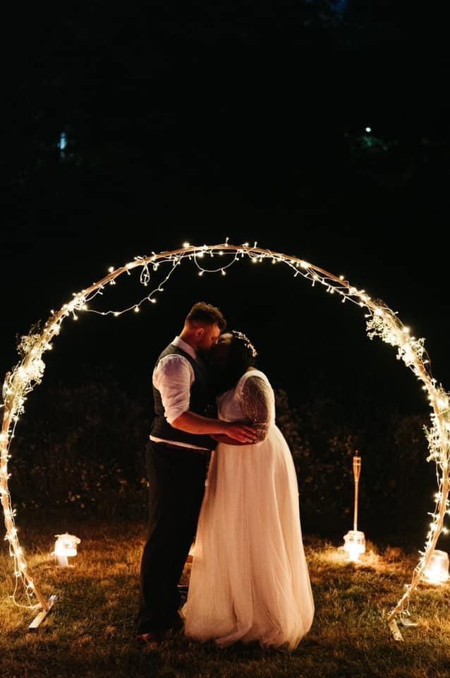 svatební oblouk a světýlka