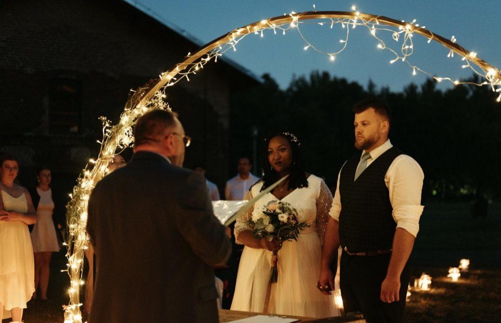 noční svatební obřad