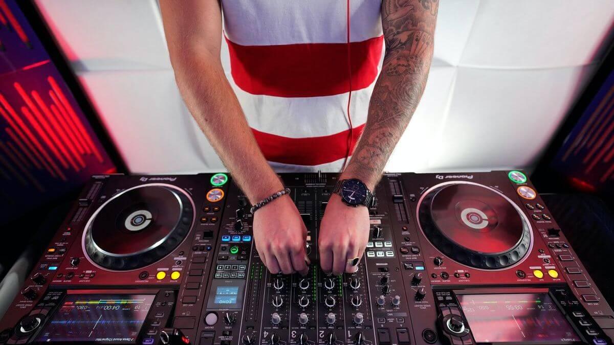 DJ na svatbu cena